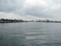八戸港から工場の煙突を見る。