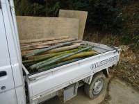 トラックで運ばれていく竹