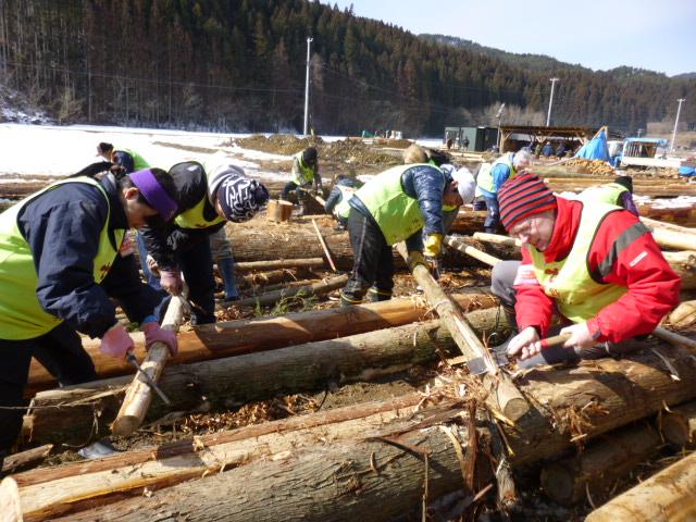 木の皮を剥ぐ作業②